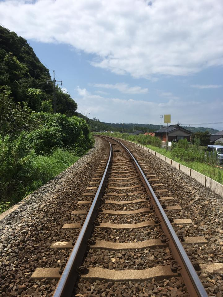 お墓の横の線路