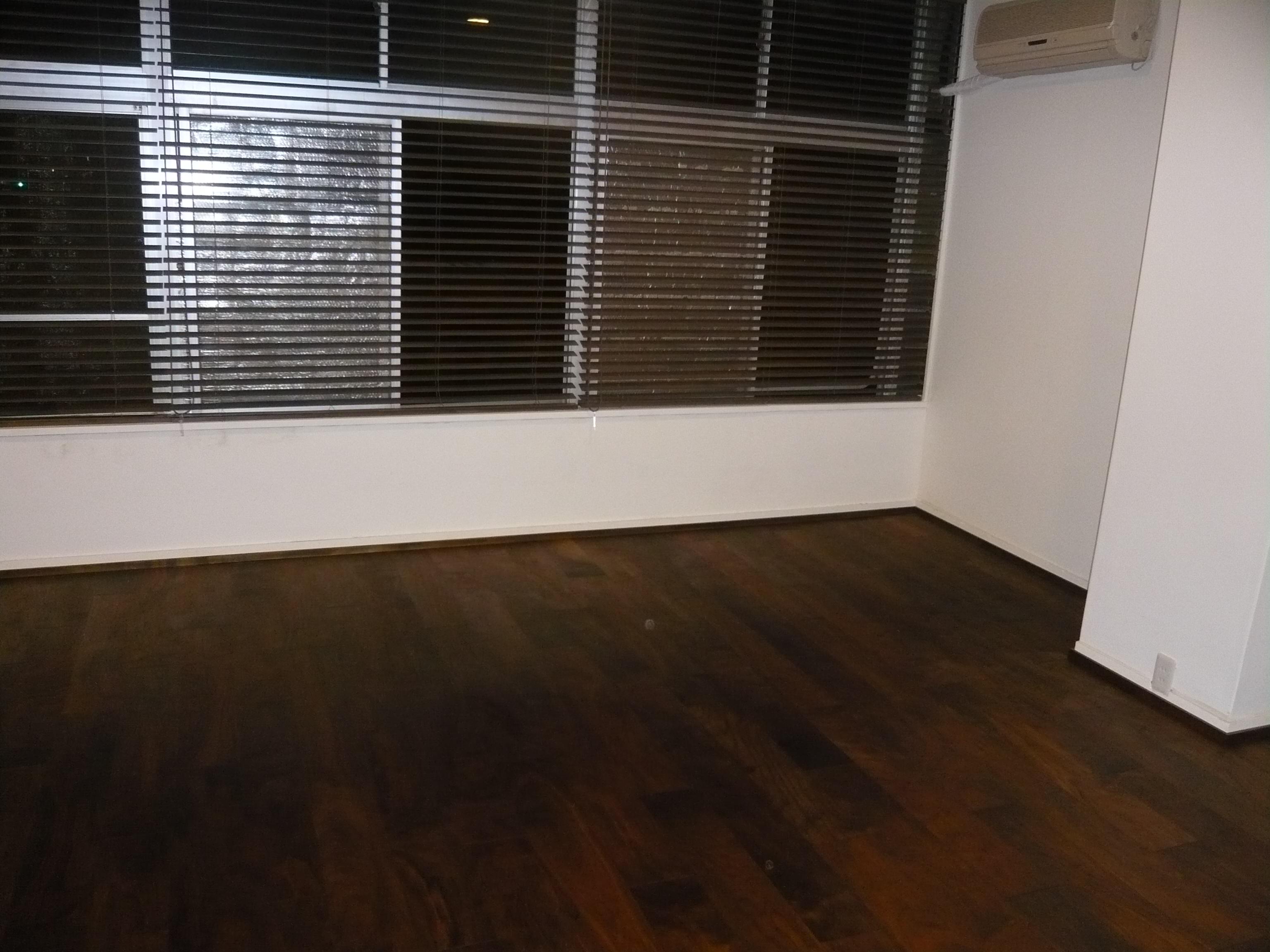 ウォールナットのインテリア、床材、ブラインドもウォールナットで統一